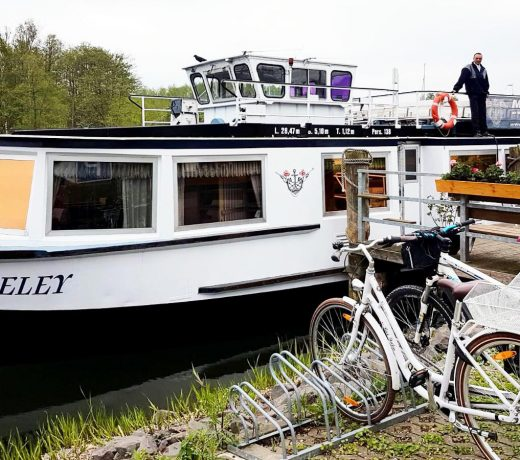 Fahrgatschiff MS Loreley am Steg